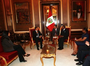 President Humala discusses with DG Yumkella as Minister Gladys Triveño (left) and Fatou Haidara (right) of UNIDO watch