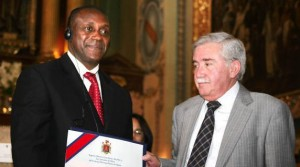 Vice Alcalde Alban (Deputy Mayor) presents Dr. Yumkella with Quito's proclamation and Key