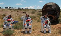 Chinese astronauts emerge from Shenzhou 9