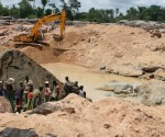 Large-scale diamond mining in Kono, Sierra Leone (file photo)